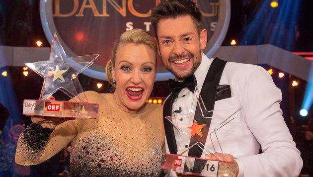 """Verena Scheitz und Florian Gschaider mit ihren """"Dancing Stars""""-Trophäen (Bild: ORF)"""