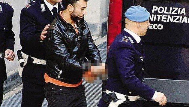 Alali Alhussein A. bei seiner Verhaftung in Italien (Bild: Kronen Zeitung)