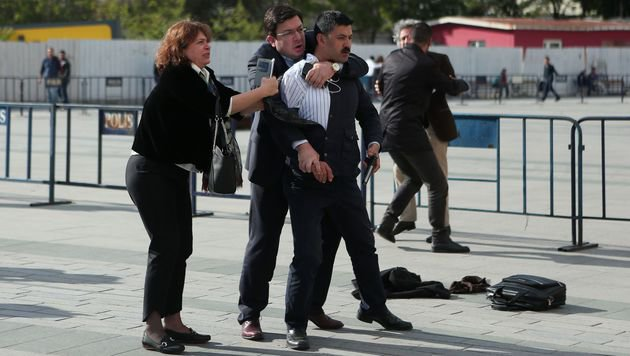 Dilek Dündar (li.), die Frau des Chefredakteurs, beim Versuch, den Attentäter zurückzuhalten. (Bild: APA/AFP/CUMHURIYET DAILY NEWSPAPER/HANDOUT)