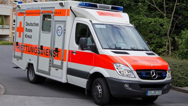Rettungswagen gegen Baum geprallt: Drei Tote (Bild: APA/dpa/Friso Gentsch (Symbolbild))