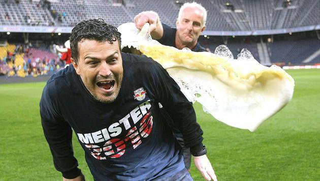 """Die Bierdusche für Coach Oscar Garcia -  """"gespendet"""" von Goalie-Trainer Ilsanker. (Bild: APA/KRUGFOTO)"""