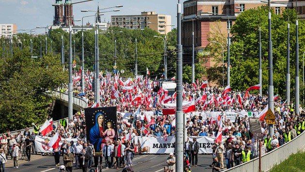 Polen: 240.000 Menschen bei Demo gegen Regierung (Bild: AFP)