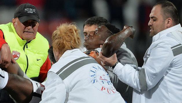 Am Platz zusammengebrochen: Fußballer Ekeng tot (Bild: APA/AFP/ALEXANDRU DOBRE)