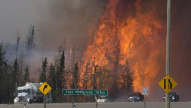 Bewohner verlassen die brennende Stadt Fort McMurray. (Bild: ASSOCIATED PRESS)