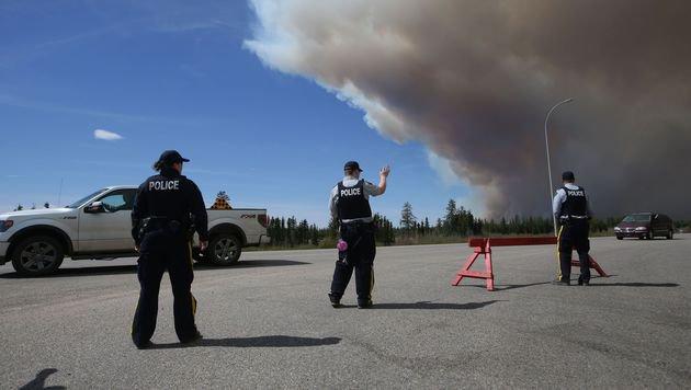 Mittels Polizeisperren wurde verhindert, dass Bewohner von der Fluchtroute abweichen. (Bild: APA/AFP/COLE BURSTON)