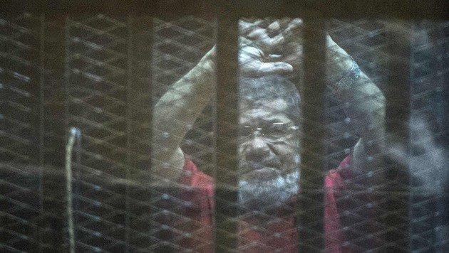 Der im Vorjahr zum Tode verurteilte Ex-Pr�sident Mohammed Mursi steht erneut vor Gericht. (Bild: APA/AFP/KHALED DESOUKI)