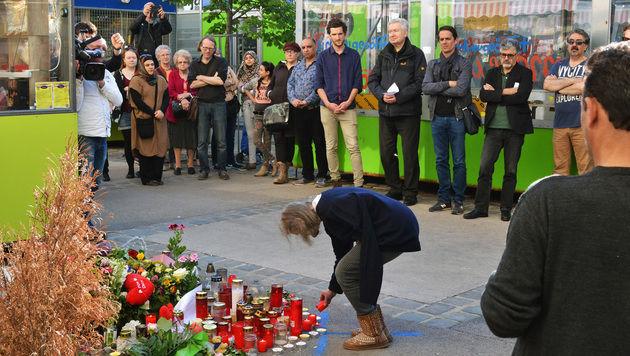 Im Gedenken an Maria E. kamen am Tatort rund 80 Trauergäste zusammen. (Bild: Caritas Wien)