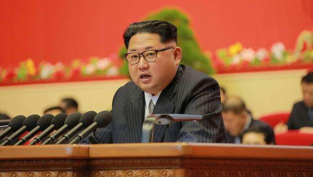 Nordkoreas Machthaber Kim Jong Un bei einer Rede anlässlich des Kongresses seiner Arbeiterpartei (Bild: APA/AFP/KCNA)