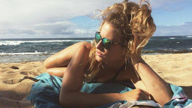 Ski-Girl Resi Stiegler genießt die Sonnenstrahlen am Strand (Bild: Facebook.com)