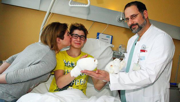 Mergim erholt sich im Klinikum Klagenfurt von den schweren Verbrennungen. (Bild: Uta Rojsek-Wiedergut)