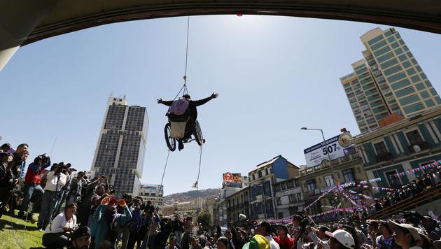 Bolivien: Rollstuhlfahrer baumelte von Brücke (Bild: AP)