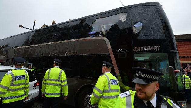 Manchester-United-Bus von West-Ham-Fans attackiert (Bild: APA/AFP/GLYN KIRK)