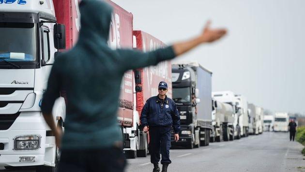 Protestierender Flüchtling auf der Autobahn in der Nähe der griechisch-mazedonischen Grenze (Bild: APA/AFP/BULENT KILIC)