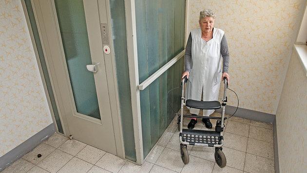 Endlich hat auch Leserin Elisabeth H. einen legalen Abstellplatz für ihre Gehhilfe! (Bild: Reini Holl)