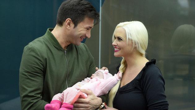 Daniela Katzenberger mit Lucas Cordalis und ihrer Tochter (Bild: APA/dpa/Henning Kaiser)