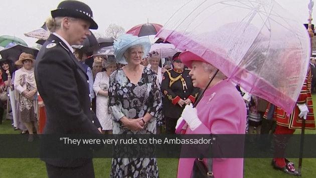 """Die Queen im Gespräch mit Polizeibeamtin Lucy D""""Orsi. (Bild: Associated Press)"""