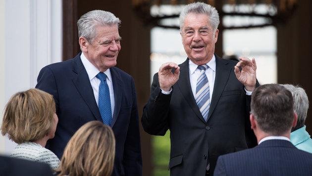 Deutschlands Bundespräsident Joachim Gauck (li.) begrüßt Fischer vor dem Schloss Bellevue in Berlin. (Bild: APA/dpa/Bernd von Jutrczenka)