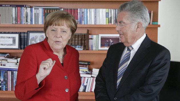 Fischer mit Merkel in ihrem Büro (Bild: APA/BUNDESHEER/PETER LECHNER)