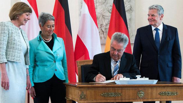 Heinz Fischer trägt sich im Berliner Schloss Bellevue ins Gästebuch ein. (Bild: APA/dpa/Bernd von Jutrczenka)