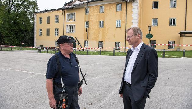 """LH-Vize Thomas Stelzer im Gespräch mit einem Feuerwehrmann: """"Das Schloss ist zum Glück versichert."""" (Bild: fotokerschi.at)"""