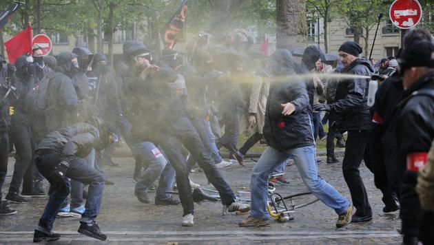 Pfefferspray-Einsatz der Polizei gegen gewaltbereite Demonstranten (Bild: ASSOCIATED PRESS)