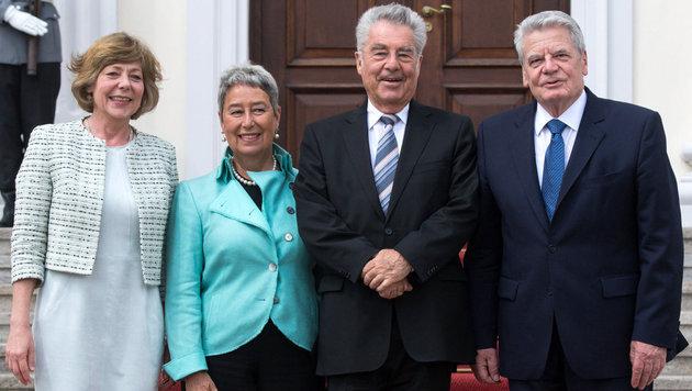 Von links: Gaucks Lebensgefährtin Daniela Schadt, Margit und Heinz Fischer, Joachim Gauck (Bild: APA/dpa/Bernd von Jutrczenka)