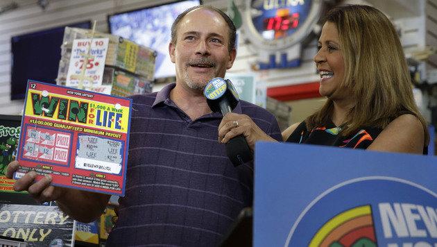 Glückspilz Bruce Magistro mit seinem Rubbellos (Bild: Associated Press)