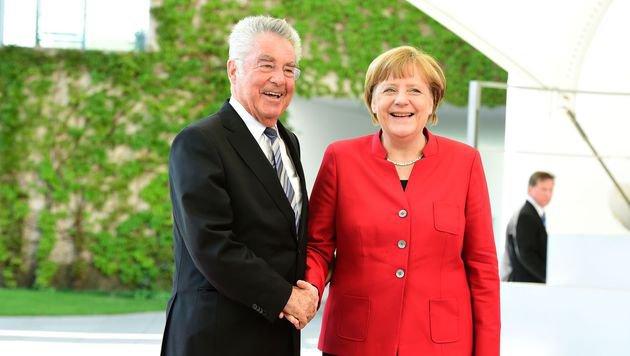 Eine seiner letzten Auslandsreisen führte Fischer zu Kanzlerin Merkel nach Berlin. (Bild: APA/AFP/TOBIAS SCHWARZ)