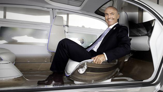 """Verkehrsminister Klug beim Probesitzen im autonomen """"F015 Luxury in Motion"""" von Mercedes Benz. (Bild: APA/BMVIT/HUDIG)"""