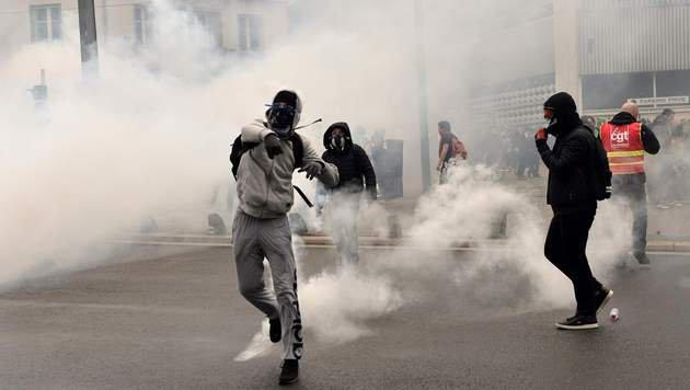 In Frankreich kommt es am Rande der Kundgebungen auch immer wieder zu Ausschreitungen. (Bild: APA/AFP/JEAN-FRANCOIS MONIER)