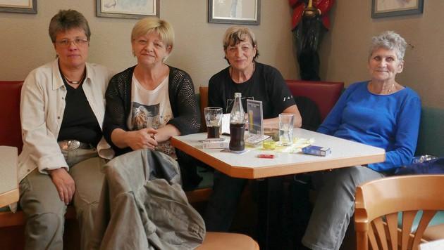 Waltraud Rodinger (2. v. li.) vom Café Crazy hat besorgte Gäste. (Bild: Gerhard Bartel)