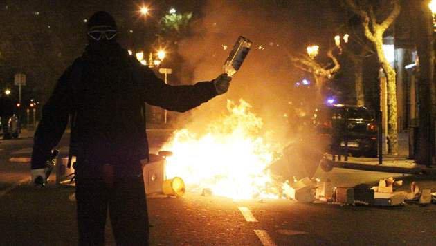 Die meiste Gewalt ereignet sich während der nächtlichen Proteste. (Bild: APA/AFP/YANNICK GRAZIANI)