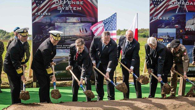 Hochrangige Militärs und Minister der USA und Polens bei der Grundsteinlegung in Redzikowo (Bild: APA/AFP/AFP PHOTO/WOJTEK RADWANSKI)
