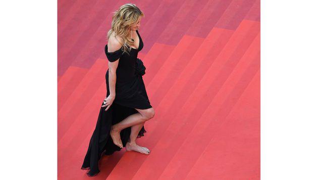 Julia Roberts ging barfuß über die Treppe zum Festspielhaus. (Bild: APA/AFP/ANNE-CHRISTINE POUJOULAT)