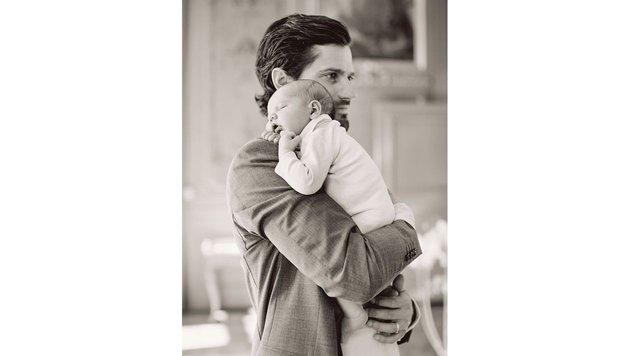 Schlafend liegt Baby Alexander auf der Schulter seines Vaters, Prinz Carl Philip. (Bild: Erika Gerdemark/Kungahuset.se)
