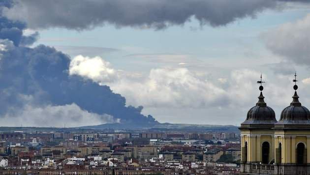 Der schwarze Rauch war auch in Madrid zu sehen. (Bild: APA/AFP/GERARD JULIEN)