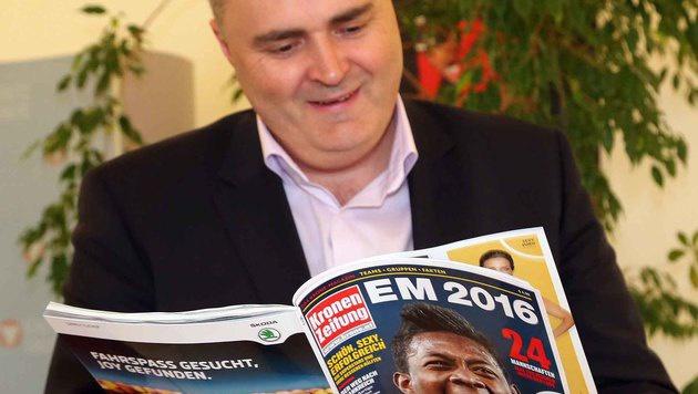 """Doskozil schmökerte im """"Krone-EM-Magazin"""". (Bild: Gerhard Gradwohl)"""