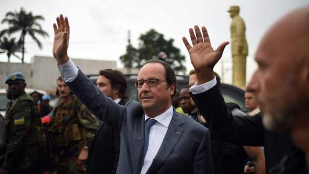 Präsident Francois Hollande während seines Kurzbesuchs in der Zentralafrikanischen Republik (Bild: APA/AFP/POOL/STEPHANE DE SAKUTIN)