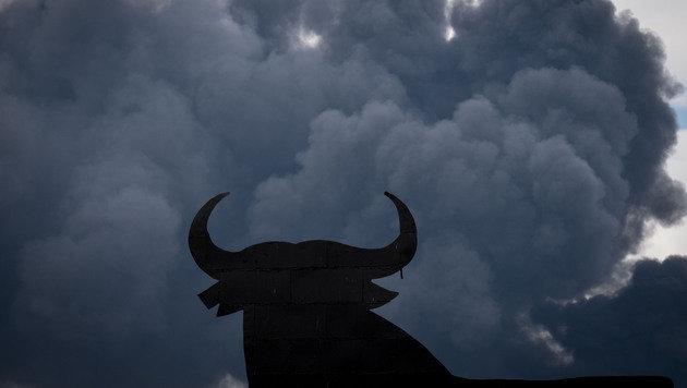 Die Rauchs�ulen lie�en es Nacht werden. (Bild: APA/AFP/PEDRO ARMESTRE)