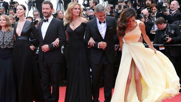 Ups! Fast hätte man einen Blick auf Amal Clooneys Höschen erhaschen können. (Bild: APA/AFP/VALERY HACHE)