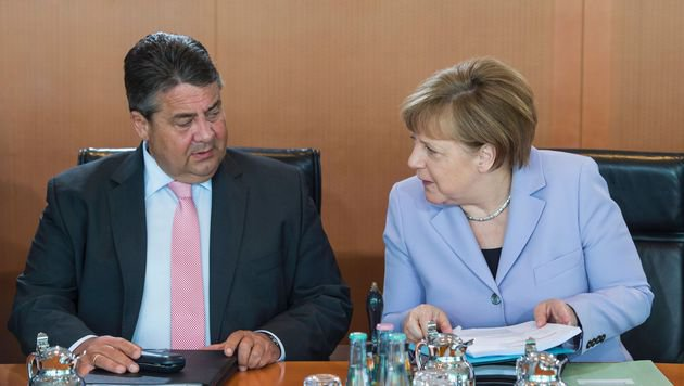 SPD-Chef Gabriel kann sich als Vizekanzler neben Kanzlerin Merkel nicht profilieren. (Bild: APA/AFP/JOHN MACDOUGALL)