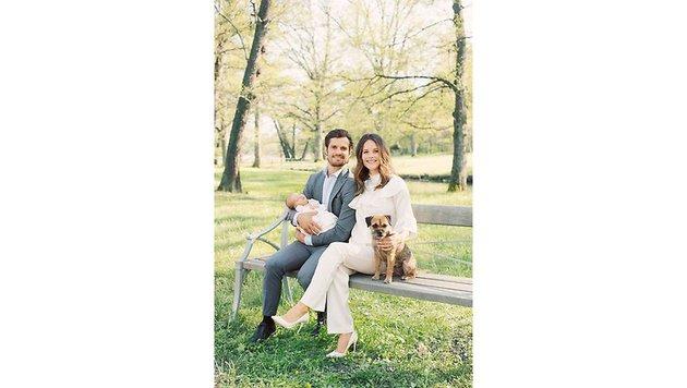 Carl Philip und Sofia mit Alexander und dem Familienhund auf einer Bank im Schlosspark (Bild: Erika Gerdemark/Kungahuset.se)