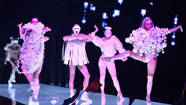Die Modenschau zur Eröffnung mit ihren schrägen Kreationen. (Bild: AP)