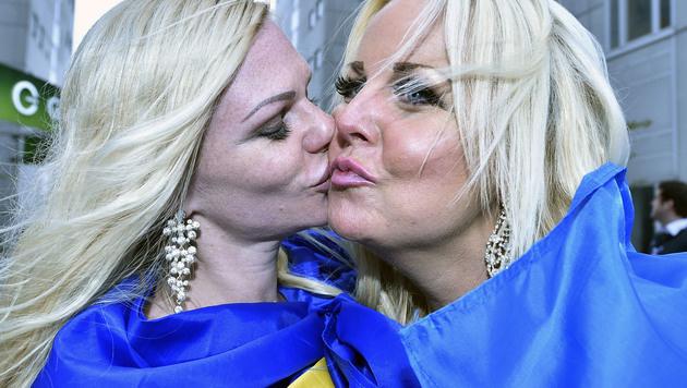 Die zwei sexy Schwedinnen halten ihrem Frans die Daumen. (Bild: AP)