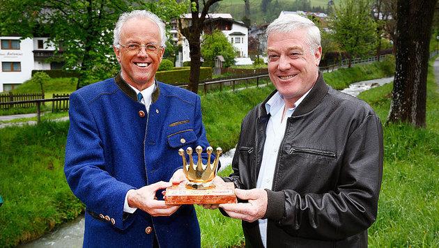 """Vizebürgermeister Johann Freiberger überreichte dem Lebensretter (rechts) die """"Goldene Krone"""". (Bild: GERHARD SCHIEL)"""