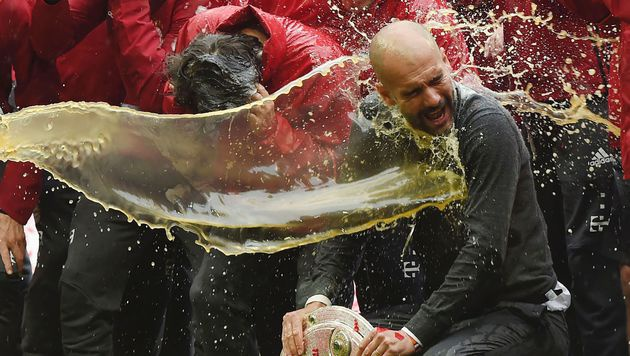 Video: Bayern verabschiedet Pep und feiert Titel (Bild: AFP)