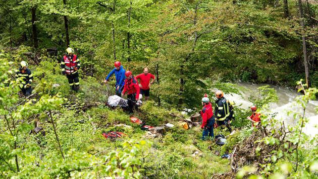 Einsatzkräfte bei der schwierigen Bergung des Opfers (Bild: APA/FOTOKERSCHI.AT/JACK HAIJES)
