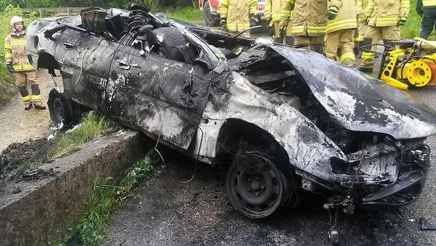 Lenker nach Unfall auf A1 in Wrack verbrannt (Bild: APA/FF-EUGENDORF)