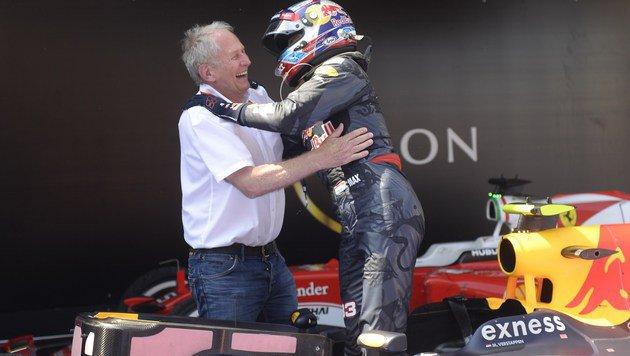 So sieht Freude bei Helmut Marko und Max Verstappen aus! (Bild: APA/AFP/JOSEP LAGO)