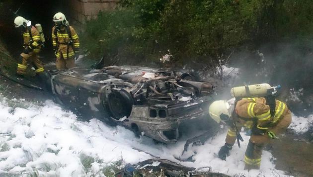 Lenker nach Unfall auf A1 in Wrack verbrannt (Bild: APA/FEUERWEHR SEEKIRCHEN)